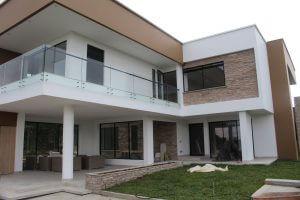 Fachada Posterior con balcón y terraza en la alcoba principal
